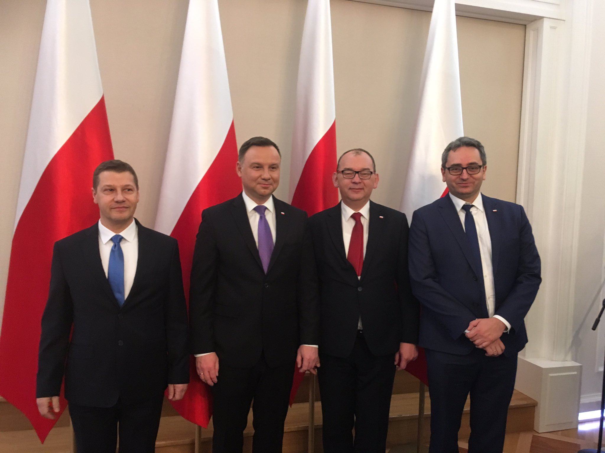 Zdjęcie Prezydenta RP Andrzeja Dudy z (od lewej) sędziami Piotrem Schabem, Przemysławem Radzikiem oraz Michałem Lasotą